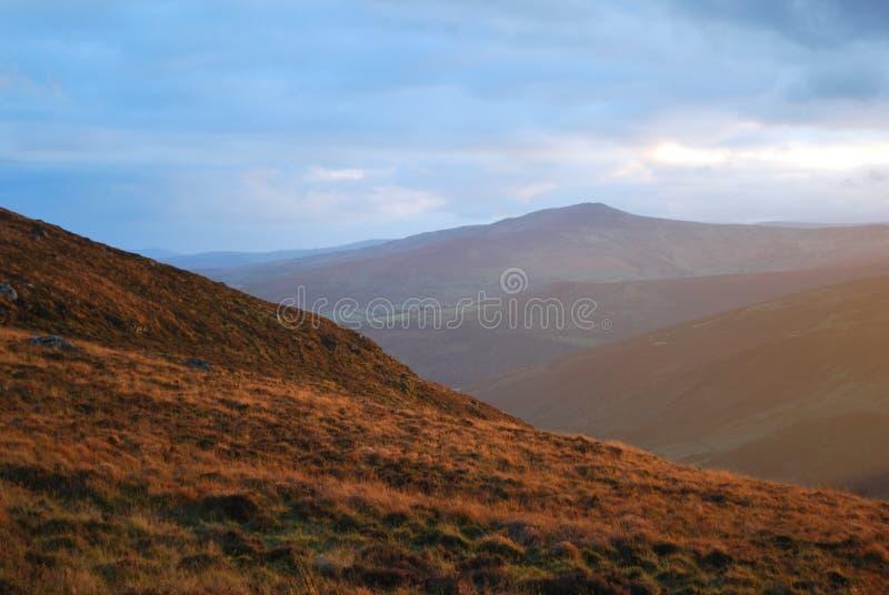 Colores fabulosos de la puesta del sol de la montaña fotos de archivo libres de regalías
