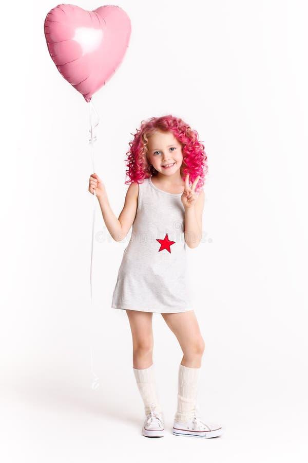 Colores-Haare Porträt des lustigen Modehippie-Mädchens mit rosa Ballon in Form des Herzens lizenzfreie stockbilder