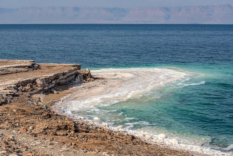 Colores increíbles de paisajes de las costas de arcilla del Mar Muerto La arcilla médica es una capa y se lava con agua salada imágenes de archivo libres de regalías