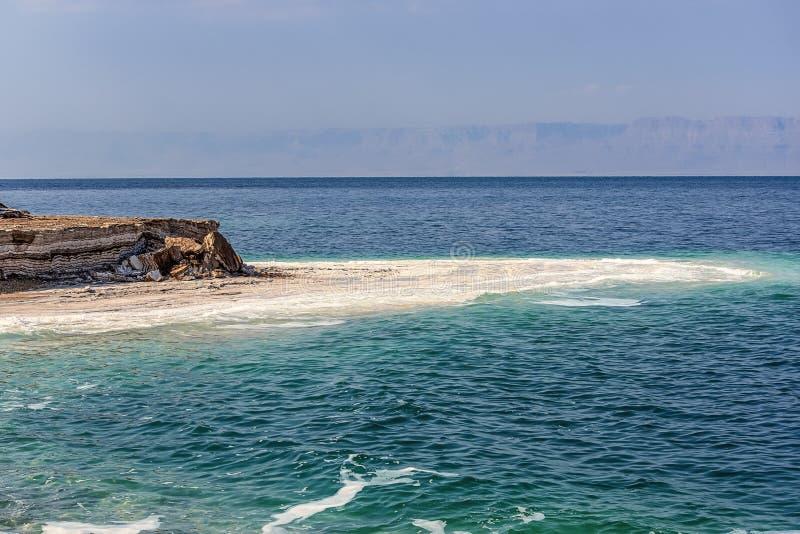 Colores increíbles de paisajes de las costas de arcilla del Mar Muerto La arcilla médica es una capa y se lava con agua salada fotos de archivo