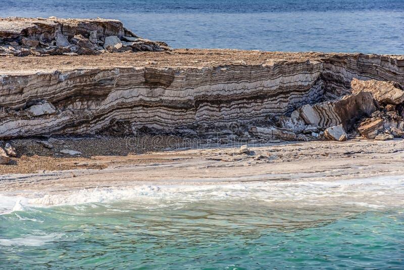 Colores increíbles de paisajes de las costas de arcilla del Mar Muerto La arcilla médica es una capa y se lava con agua salada fotos de archivo libres de regalías