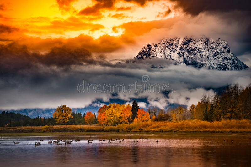 Colores nublados magníficos de la caída de la salida del sol del parque nacional de Teton fotos de archivo