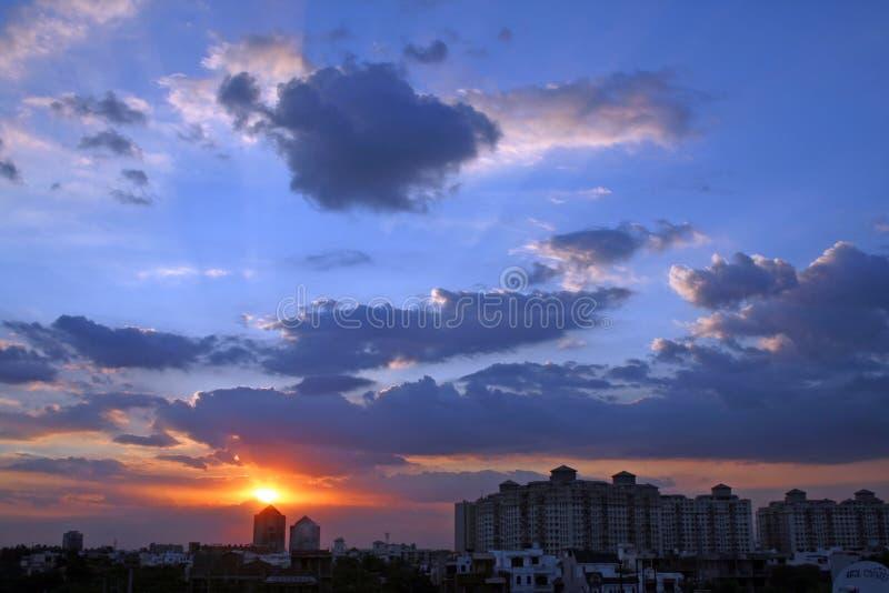 Colores vivos de la salida del sol de la puesta del sol en Gurgaon Haryana la India fotografía de archivo