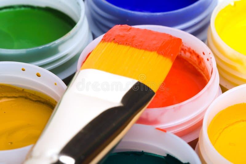 Colores y cepillos de pintura. fotos de archivo