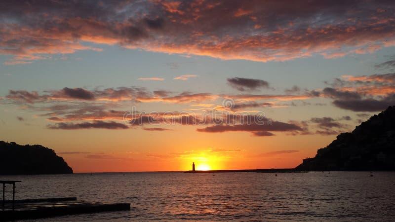 Colores y formaciones asombrosos de la puesta del sol imagenes de archivo