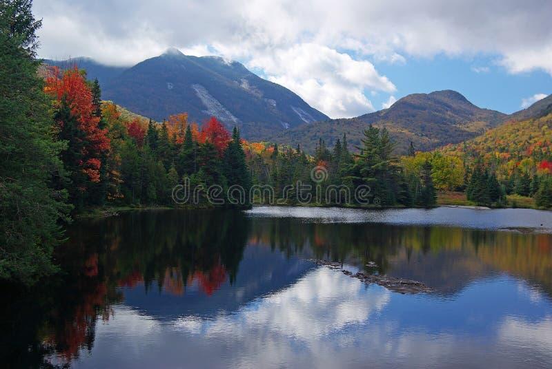 Colores y montañas de la caída imagenes de archivo