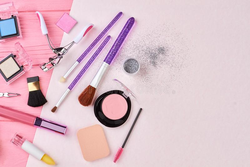 Colorete, cepillos, lápiz labial y equipo del maquillaje imagen de archivo libre de regalías
