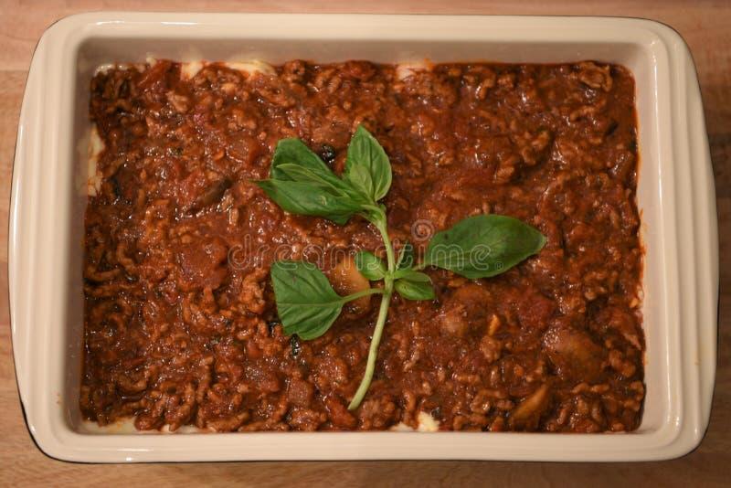 Colorez l'image de photographie de nourriture de la préparation d'un dîner de famille de lasagne avec les champignons et la sauce images libres de droits