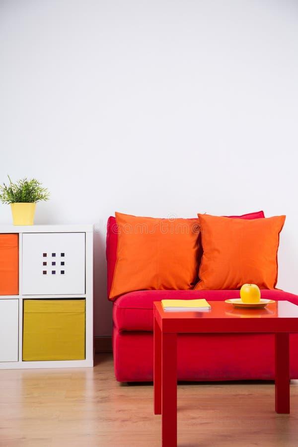 Colorez la chambre à coucher d'adolescent intérieure photographie stock libre de droits