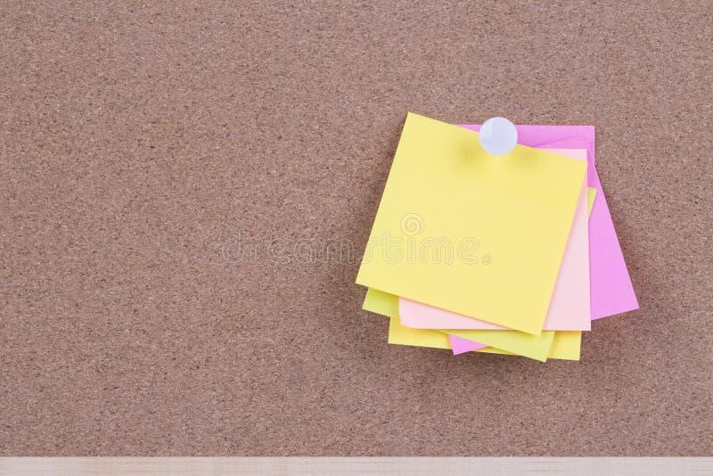 Colorez la note collante sur le panneau de liège avec les notes vides, l'espace vide FO images stock