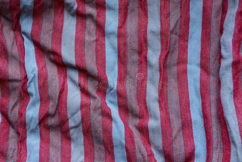 Colorez la texture rayée de tissu d'un morceau de tissu chiffonné photo stock