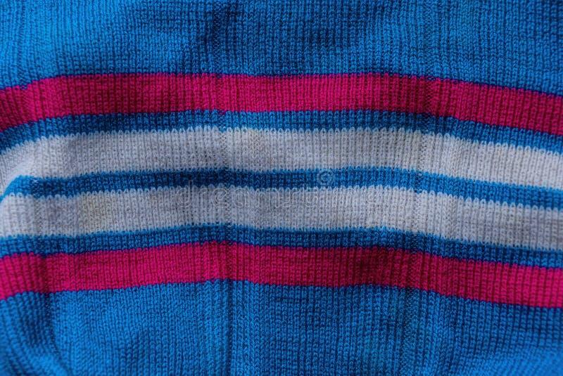 Colorez la texture rayée de tissu d'un morceau chiffonné de laine image stock