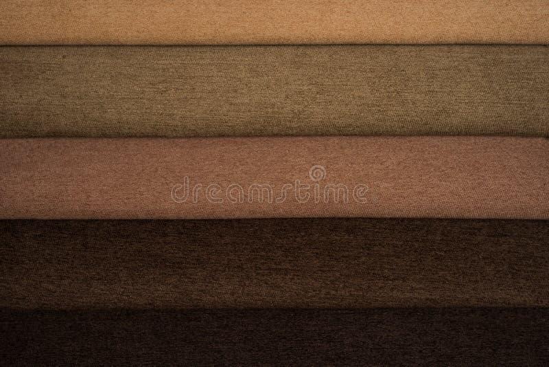 Colorez les échantillons du tissu de tapisserie d'ameublement dans l'assortiment photo libre de droits