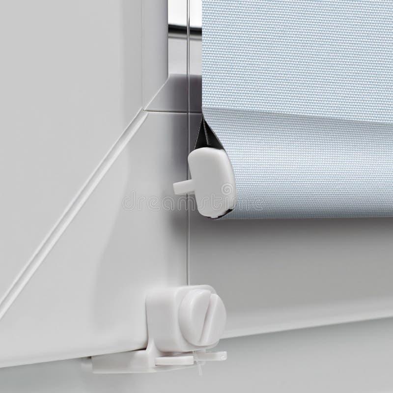 Colorez les abat-jour de rouleau de panne d'électricité sur le dessus de la fenêtre photo stock