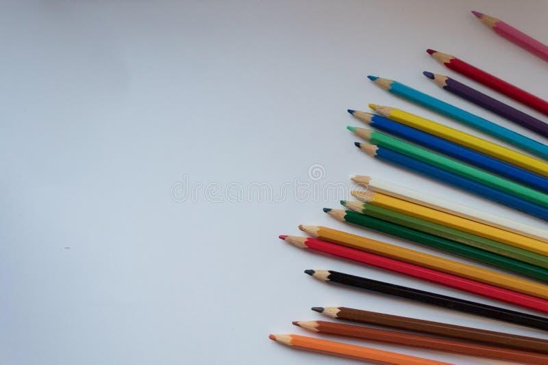 Colorez les crayons sur le fond blanc, copiez l'espace photos libres de droits