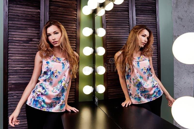 Colorf de luxe d'usage de style de vie de jeune actrice de mannequin de charme images libres de droits
