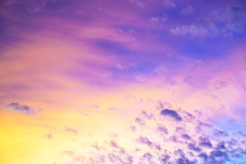 Colorful crepuscolo del cielo dopo il tramonto con nuvole per sfondo immagine stock libera da diritti