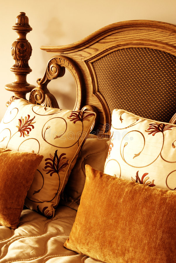 Free Colorful Cushions On The Bed Royalty Free Stock Images - 5139269