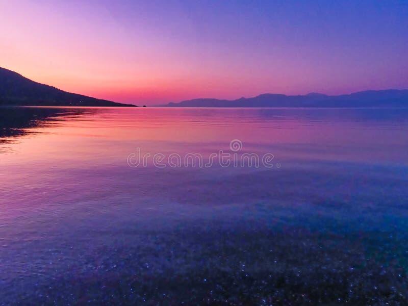 Colorful Emerging Sunrise Over de Golf van Korinthe Bay, Griekenland stock foto