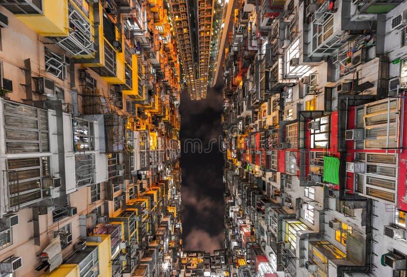 Colorful lägenhet i Quarry Bay, Hong Kong, på natten royaltyfri bild