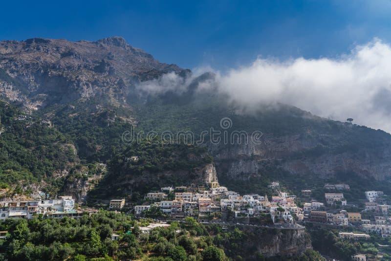 Colorful Village Positano ai piedi del Monte San Michele nella costa di Amalfi, Italia fotografie stock