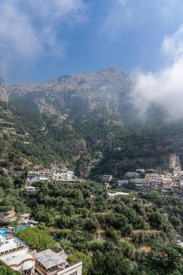 Colorful Village Positano ai piedi della nebbia Monte San Michele nella costa di Amalfi, Italia immagini stock