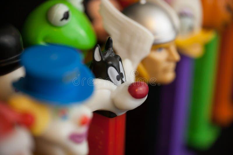 Colorful Vintage Pez Dispensers con Focus su Sylvester the Cat di Looney Tunes fotografia stock libera da diritti
