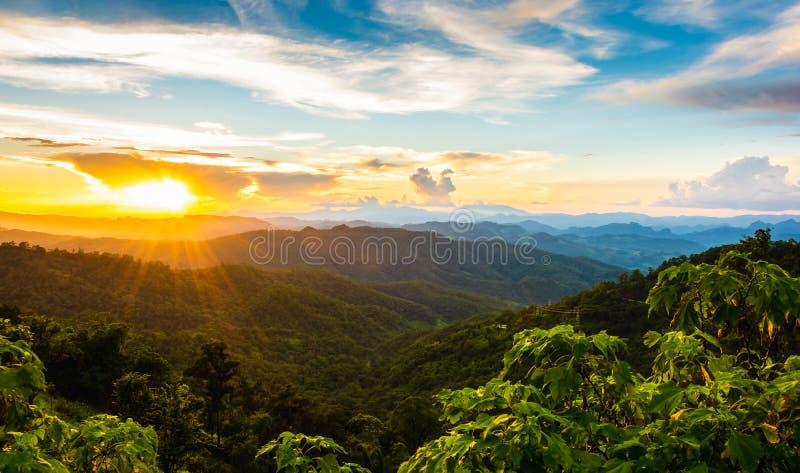 colorfull与山脉的日落天空风景场面和 免版税库存图片