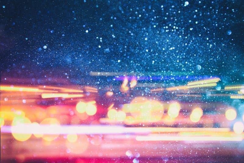 colorfull光和条纹照片快速地移动在蓝色背景的 免版税图库摄影