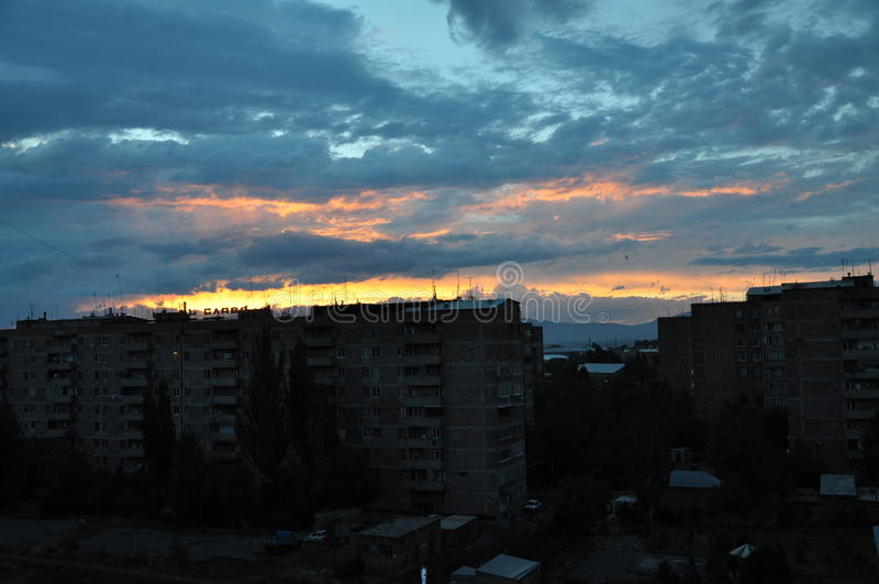 Colorfull天空在城市Abovyan 库存图片