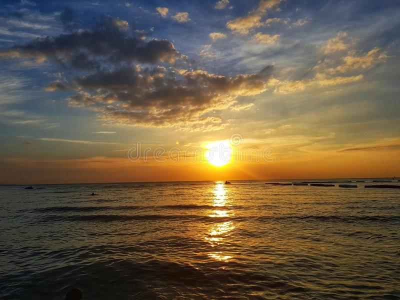 Colorfull το ηλιοβασίλεμα στη θάλασσα στοκ εικόνα