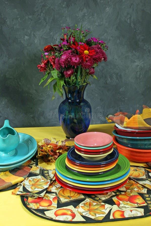 Colorfull Feiertags-Tabelleneinstellung mit Blume stockfoto