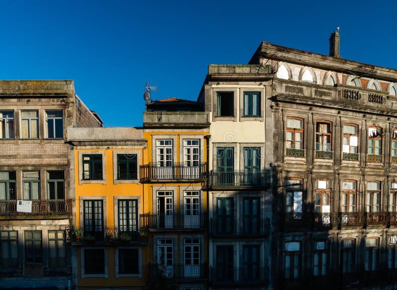 Colorfull och klassiskt gammalt hus i staden av porto i Portugal royaltyfria foton