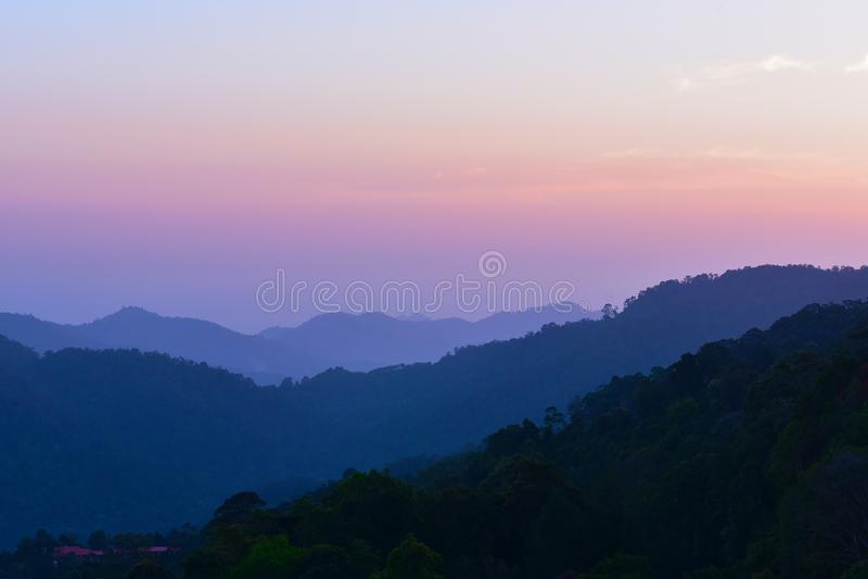 Colorfull och naturlig bergskogsilhoutte royaltyfri fotografi