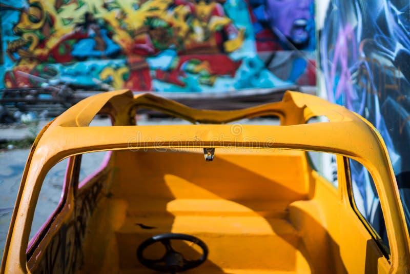 Colorfull velho um carro abandonado foto de stock royalty free