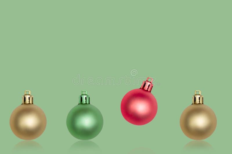 Colorfull-Weihnachtsball verziert auf grünem Hintergrund minimal stockbilder