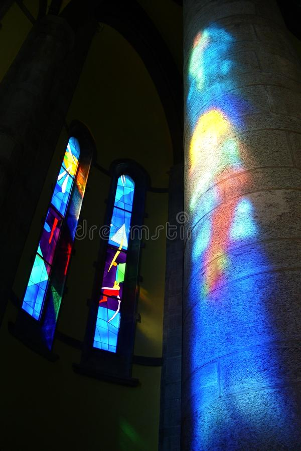Colorfully geïnformeerd binnenland van een moderne kerk stock afbeeldingen