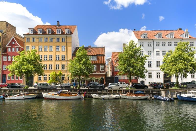 Colorfur domy na kanale w mieście, cumować łodzie, Kopenhaga, Dani fotografia royalty free