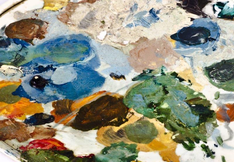 Colori asciutti assortiti su una tavolozza dei pittori immagini stock
