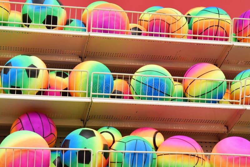 Colori assortiti di tutti i tipi di palle di rimbalzo fotografia stock libera da diritti