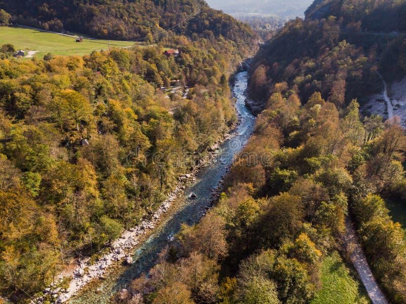 Colori autunnali in Soca River Valley vicino a Bovec, Slovenia immagine stock