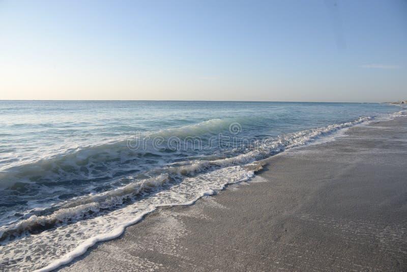 Colori di alba dal nuovo Sun fuori dalla spiaggia del sud di Florida fotografia stock libera da diritti