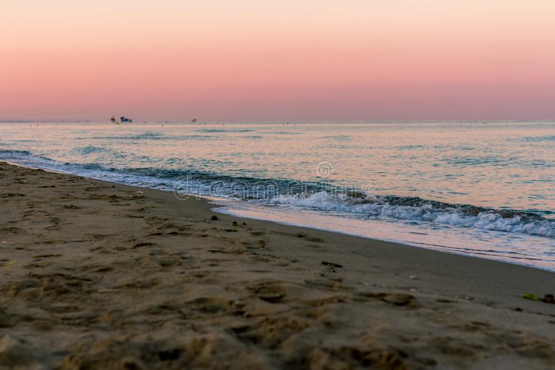 Colori di alba sopra il mare fotografia stock