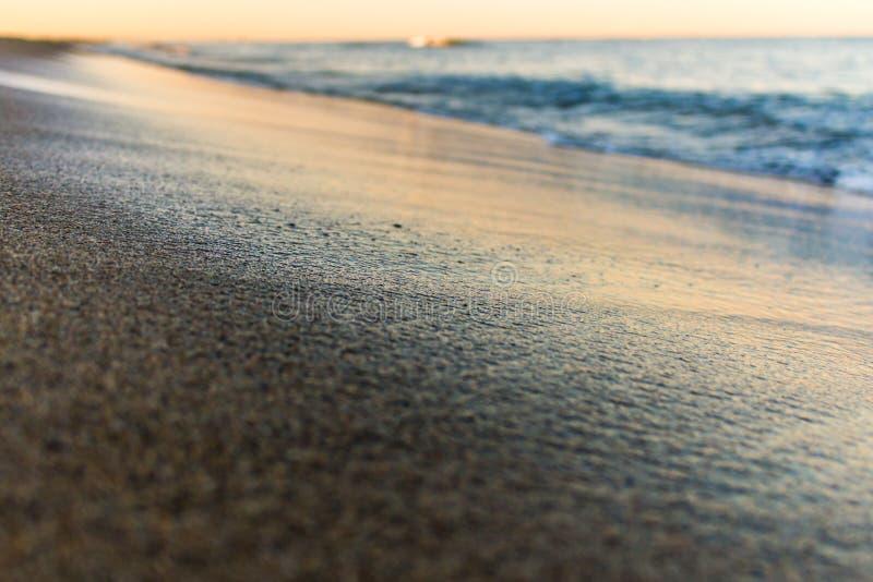Colori di alba sopra la fine del mare su immagine stock libera da diritti