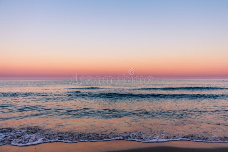 Colori di alba sopra la vista sul mare immagine stock