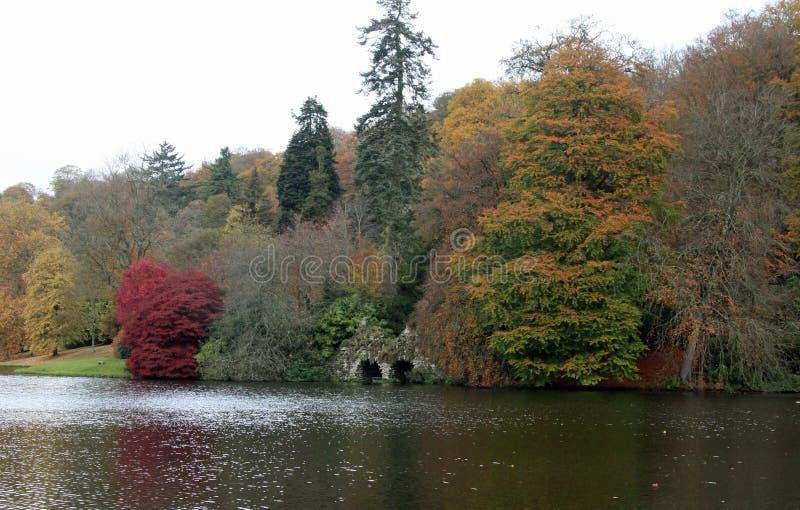 Colori di autunno nel lago in Stourhead fotografia stock libera da diritti