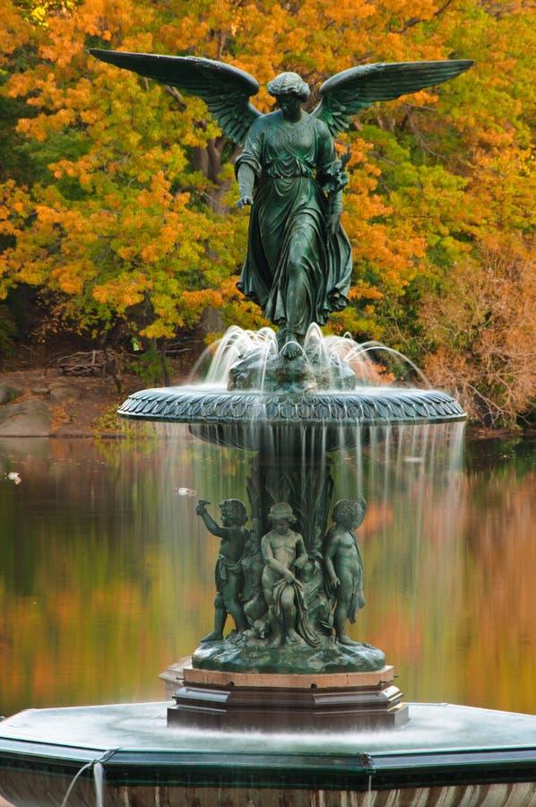 Colori di caduta alla fontana di Bethesda in Central Park. immagini stock libere da diritti