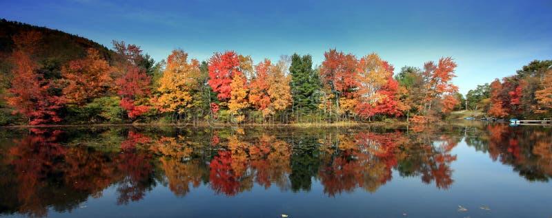 Colori di caduta, lago Brant, NY fotografia stock libera da diritti