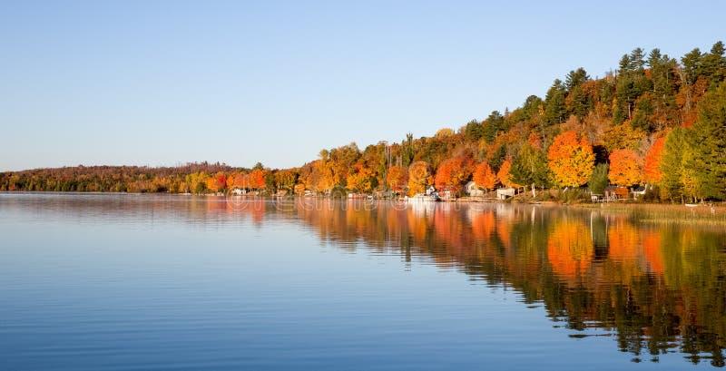 Colori di caduta riflessi in un lago calmo fotografie stock