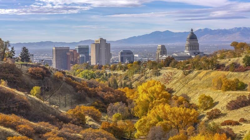 Colori di caduta su una collina che trascura Salt Lake City fotografia stock